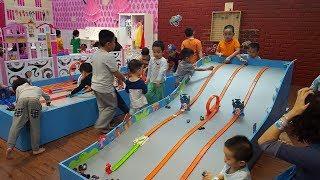 Đua xe ô tô đồ chơi trẻ em với mô hình đường đua – Tiniworld