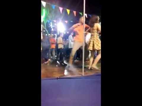 Nhảy Nhót Hài Hước - Dancing hold girls