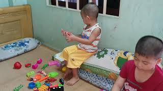 Bo và anh Gấu chơi đồ chơi siêu nhân