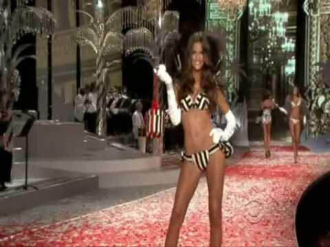 Izabel Goulart &amp; Ana Beatriz Barros at the Victoria's Secret Fashion Show 2008