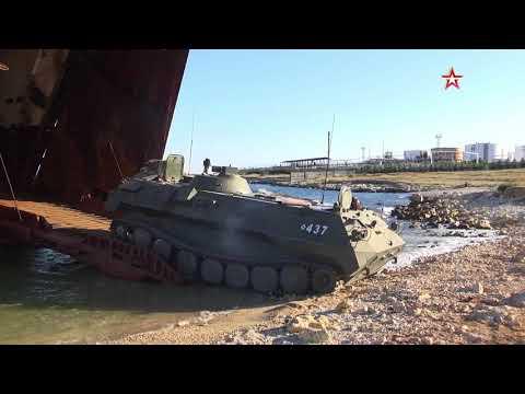 Морпехи ведут погрузку бронетехники на БДК