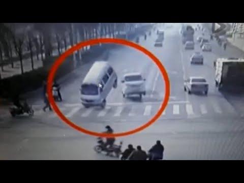 Insólito accidente de autos levitando en China