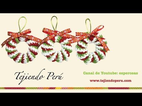 Coronas de Navidad hecha de resortes tejidos a crochet