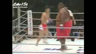 INCREDIBIL! Luptator de sumo versus luptator de arte martiale. Vezi cine a castigat! VIDEO.wmv
