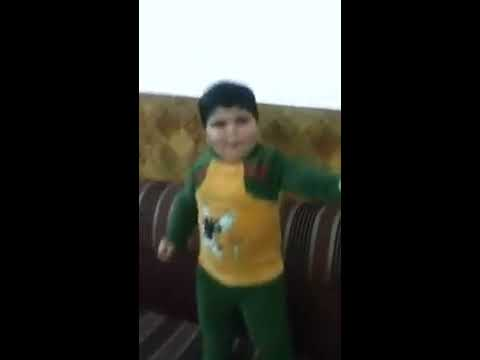 طفل يرقص بطريقة مضحكة جدا thumbnail