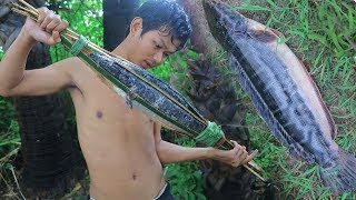 Primitive Technology:Catches Big FISH With Spear, And Cooking Food, With Lemongrass ,Factory food.