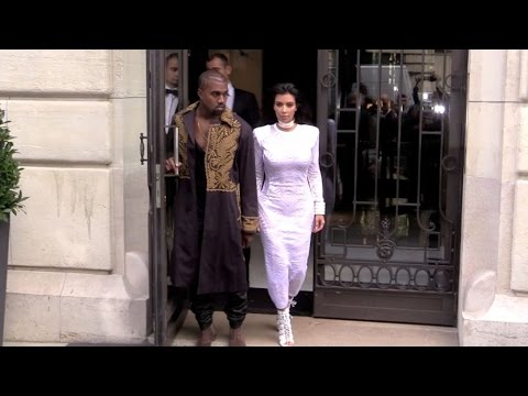 Crazy arrival for the Kardashian Jenner family at Balmain show in Paris