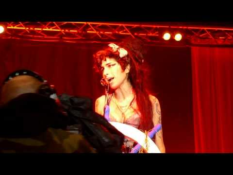 Amy Winehouse - drunk performing Rehab at 2008 Bestival