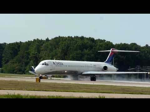 Delta MD-88 Skidding on Takeoff