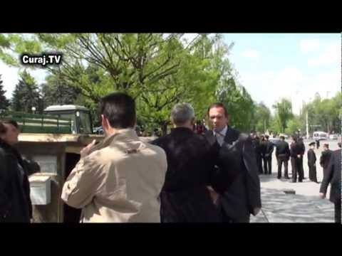 Poliţiştii agresează presa