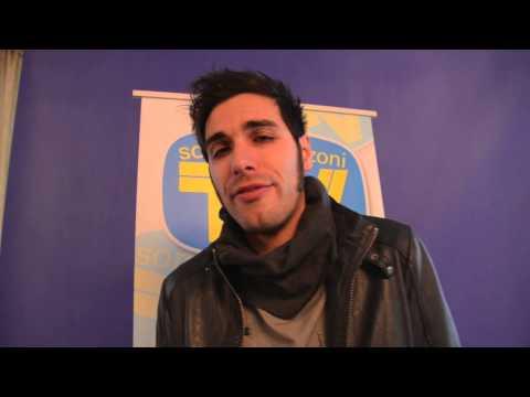 Antonio Maggio canta a cappella nella redazione di Sorrisi