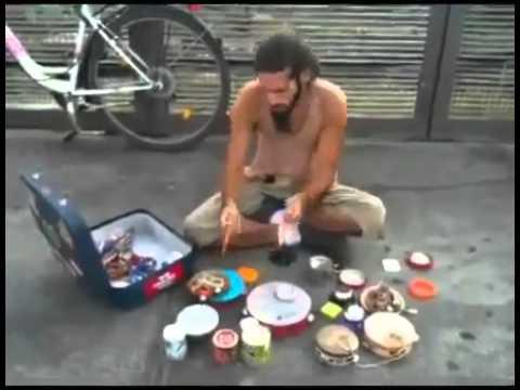 Уличный барабанщик играет на пустых банках! Просто класс!