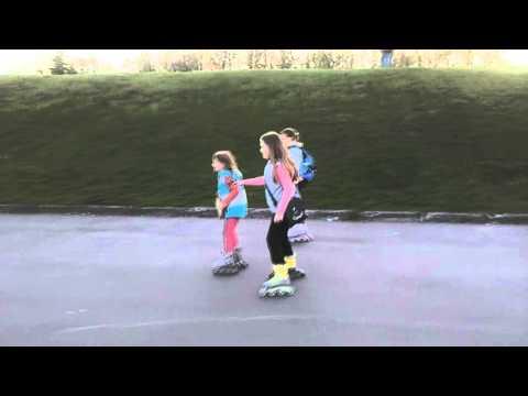 Девчонки катаются на роликовых коньках!