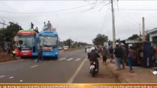Đắk Lak xe khách về quê ăn tết tông lật xe tải, hai người bị thương nặng