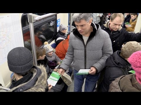Немцов раздаёт листовки в метро