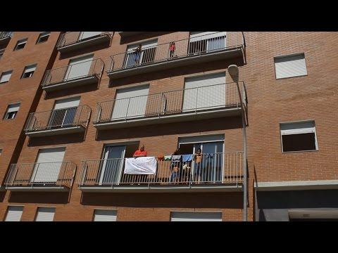 La colaboración vecinal impide el desahucio de varias familias en la calle Falset de Terrassa