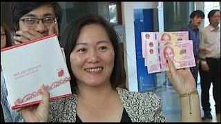 (VTC14)_Người dân đổ xô đi mua tờ tiền 100 đồng