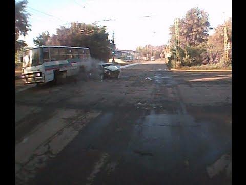 Авария.Лобовое ВАЗ-2114 и автобус 10.06.2013.6.05