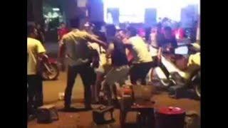 Camera cận cảnh | Thanh niên đánh võng chặn đầu ôtô khách bị phụ xe đánh tới tấp