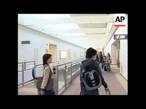 "Air passengers from ""bird flu"" countries get shoes disinfected"