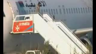 لحظة الإفراج عن طاقم الطائرة الليبية واعتقال المختطفين