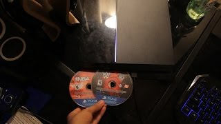 WHAT HAPPENS WHEN YOU PUT 2 PS4 GAME DISCS IN THE PS4 AT THE SAME TIME? (DO NOT TRY THIS)