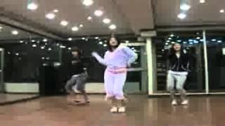 بارك شين هى تقلد رقصة gee