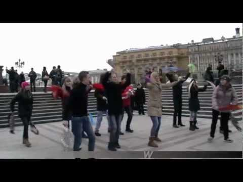 Shah Rukh Khan, Chammak Chalo Flashmob In Moscow, Russia. video