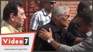 بالفيديو.. الفنان سيف عبد الرحمن يتلقى عزاء نجله بالمقابر عقب دفنه