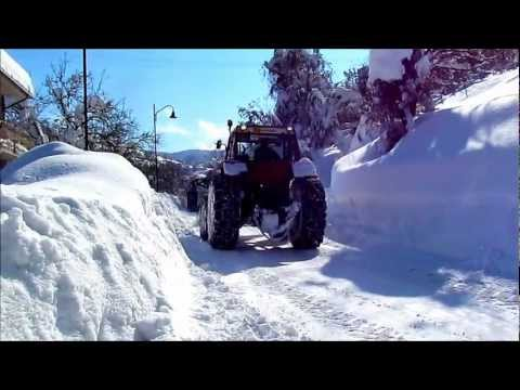 Spazzaneve di montagna (snowplowing on the road, tractor on board) trattori nella neve. Snowplow