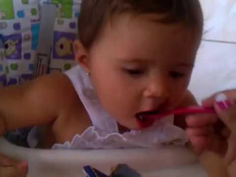 Jeovana Cabral Brandt comendo geleia de mocoto
