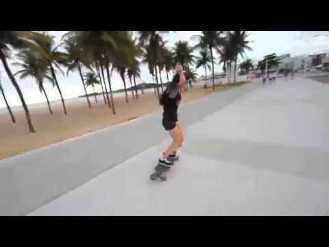 Девушка клево катается на скейте