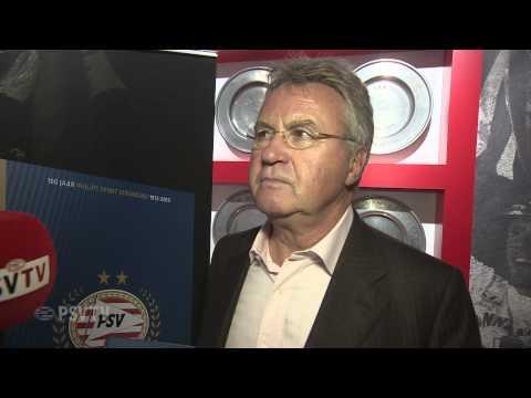 Guus Hiddink ontvangt jubiieumboek en prijst Cocu