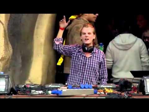 Avicii Live @ Tomorrowland 2011 - Armin van Buuren feat. Laura V - Drowning (Avicii Remix)