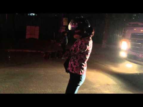 (Video) Hi hữu: Một phụ nữ lổm nhổm... bò ra ngoài sau khi bị xe tải cuốn vào gầm