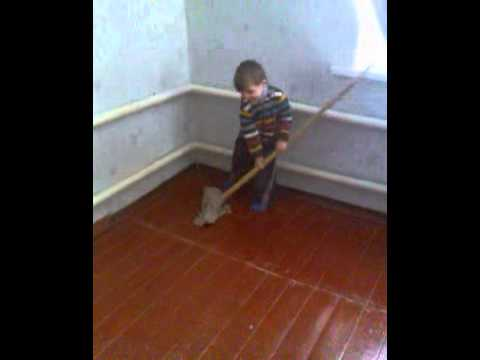 Олег моет пол