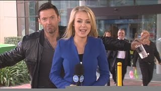 Download Lagu Hugh Jackman photobombs reporter Jessica Turner Gratis STAFABAND