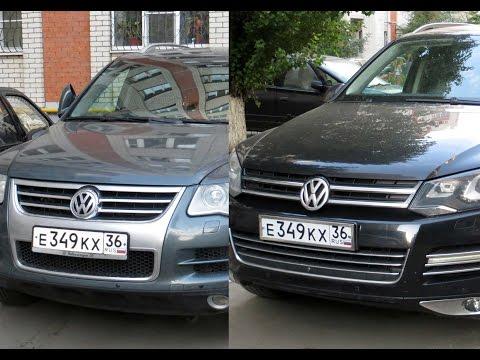 В воронежском дворе стоят две машины с одинаковыми номерами.