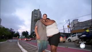 """Casal de moradores de rua mostra """"casa"""" improvisada em praça pública"""