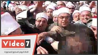 الأئمة والدعاة يلتفون حول وزير الأوقاف فور وصوله وقفتهم أمام مسجد النور