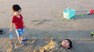 Trò Chơi Bắn Súng Nước ❤ Lấp Mình Dưới Cát ❤ Bé Đi Tắm Biển ❤ Kids Toy Media