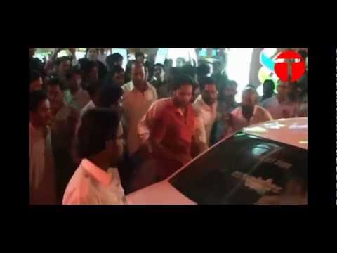 Shahid Afridi scuffles with fans at Karachi airport