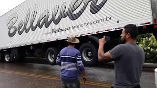 Tirando a carreta do local do acidente