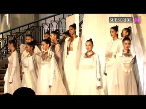 Kareena Kapoor Khan On Ramp At LAKME Fashion Week grand finale Part 1