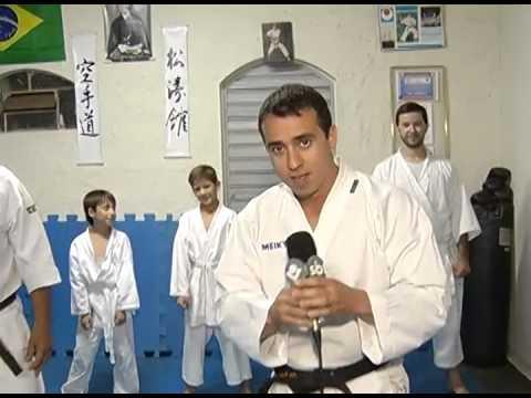Repórter Fernando Souza mostra habilidades no Karatê. Será?