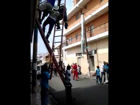 TRABAJADOR DE EDESUR SE QUEDA PEGADO EN ALAMBRE DE ALTA TENSION - SOYDELEJIDO.COM