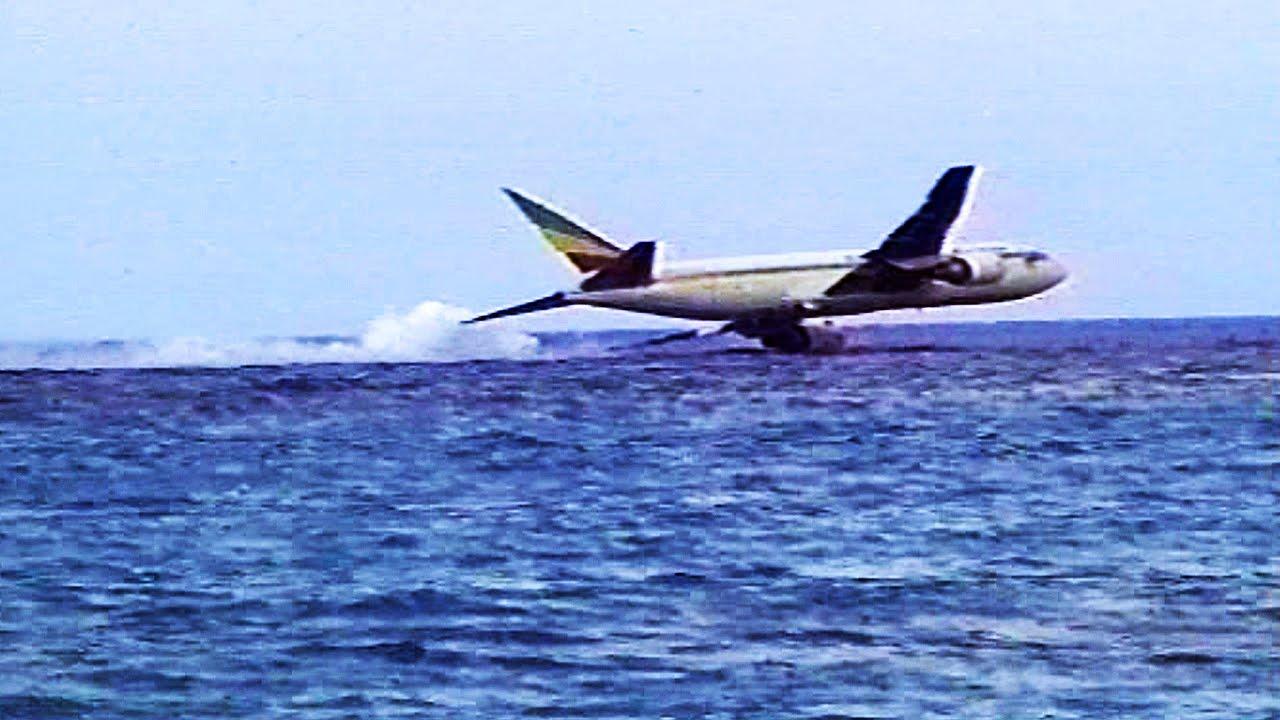 Airplane Landing on Water Water Crash Landing