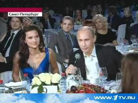 Премьер В.Путин спел на благотворительном концерте.
