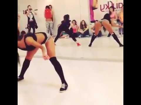 танцы крутят жопами-шщ2