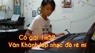 Co gai m52( lop nhạc đồ rê mí Thầy Thông: 01697781456) Vân Khánh đàn